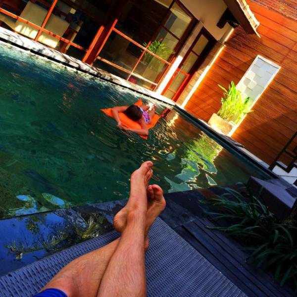 stranded_bali_tourists_make_the_most_of_being_stuck_in_paradise_640_17
